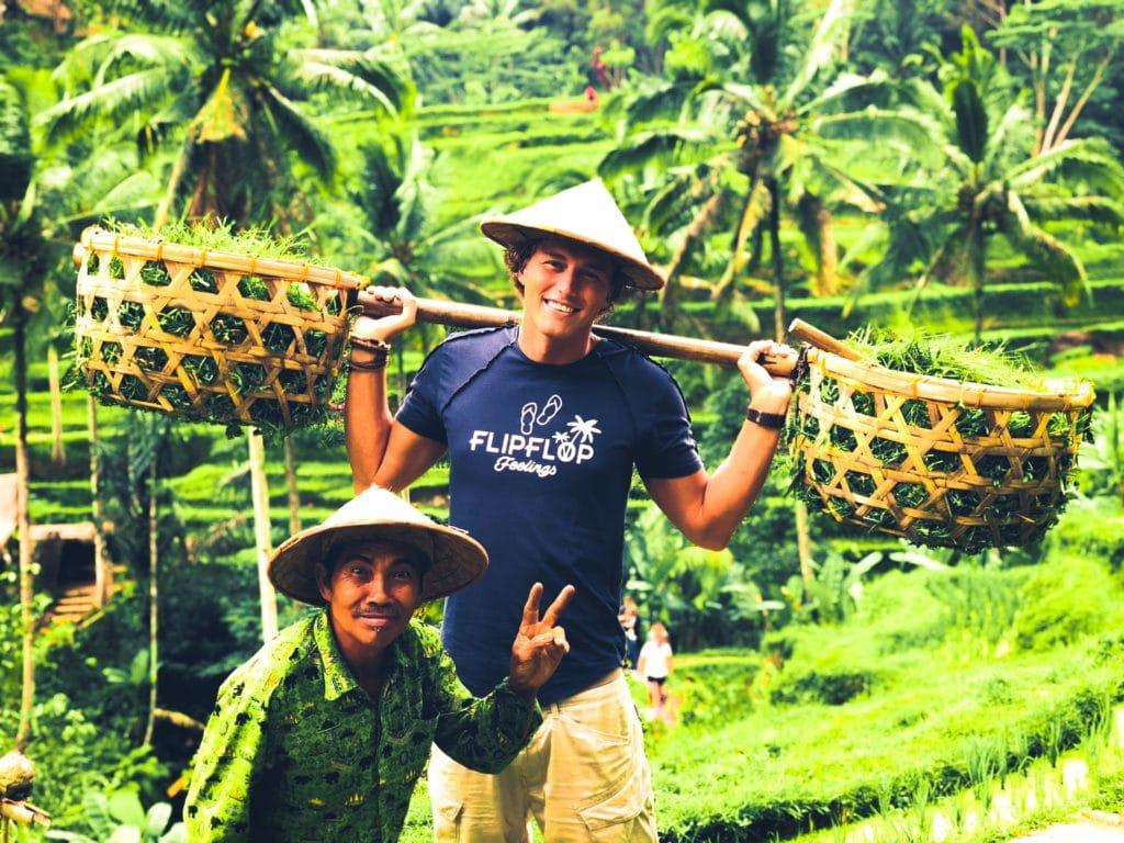 Jongen in rijstvelden met Balinees
