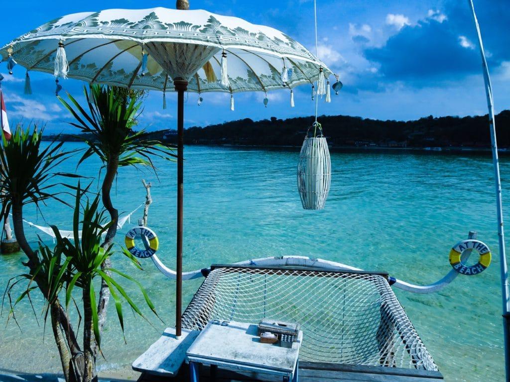 Blauwe water tussen de Nusa eilanden