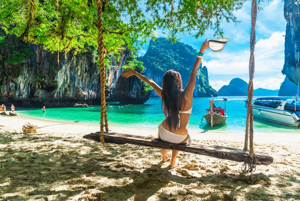 Meisje op schommel in Thailand