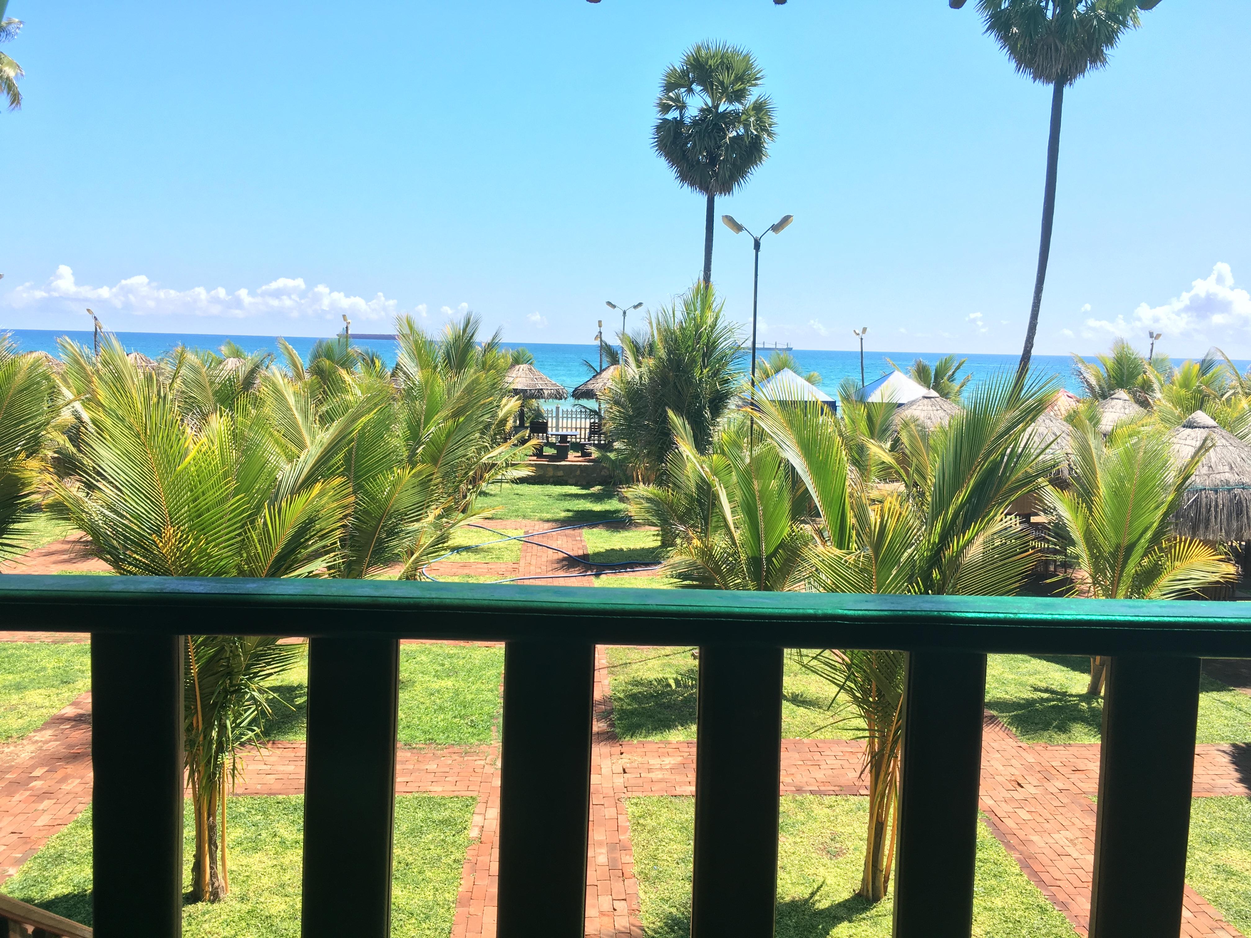 Uitzicht vanaf balkon op het strand